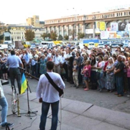 Вже півроку центральна площа Дніпропетровська служить місцем молитви і доброчинності