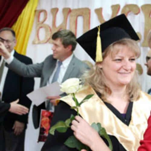 У КБІ вручали дипломи випускникам першої групи служителів для людей з вадами слуху
