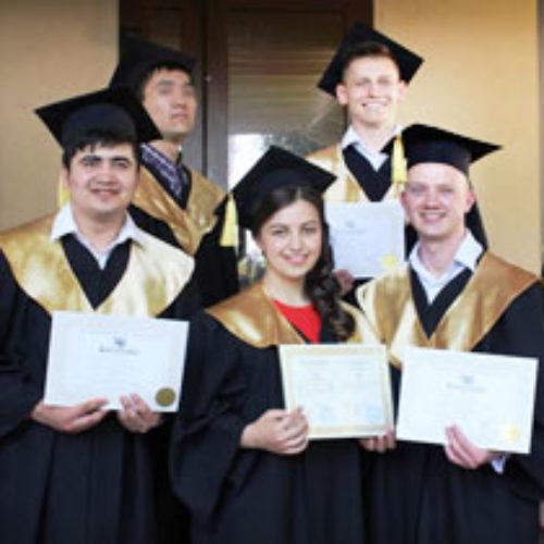 Випускники Київського біблійного інституту 1996 року прийшли привітати із врученням дипломів нинішніх випускників
