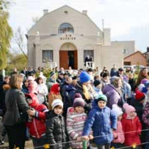 На своє 90-річчя церква в Острозі зробила подарунок місту, відкривши новий дитячий майданчик