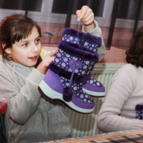 Зарічанська молодь подарувала сиротам нове взуття