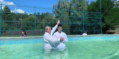 Час, коли Ангели радіють: сотні людей у літні місяці приймають водне хрещення (ФОТО)