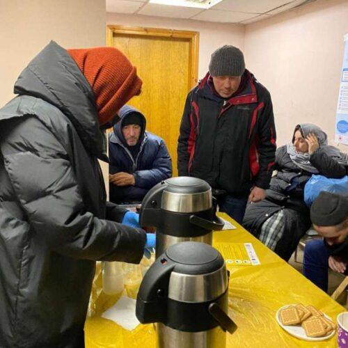 В морози члени київської церкви «Альфа» чергували в пункті обігріву, роздавали теплий одяг та духовно підтримували безхатченків