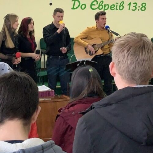 На Тернопільщині учасники обласної молодіжної конференції розважали над питанням – у чому сила християнина?